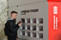 St. Petersburg, Rusland - Juni 01 2017 Het laden post voor gadgets bij het station van Moskou Stock Afbeelding