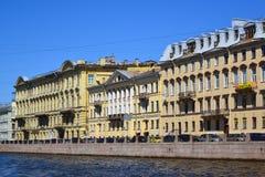 St. Petersburg, Rusland - Juni 04 2017 Oude voordelige huizen op Fontanka-Rivierdijk Nummer 24, 26, 28 Royalty-vrije Stock Foto's