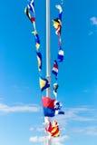 St. Petersburg, Rusland - 28 Juni 2017: Overzeese vlaggen op de pijler in St. Petersburg Stock Fotografie