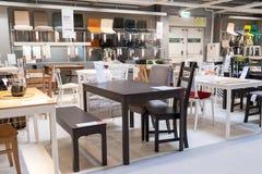 ST PETERSBURG, RUSLAND - MAART, 2019: IKEA-opslagbinnenland, meubilairafdeling voor bureaus stock fotografie
