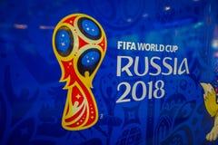ST PETERSBURG, RUSLAND, 02 MEI 2018: De officiële die Wereldbeker 2018 van embleemfifa in Rusland op een blauwe achtergrond, binn stock fotografie