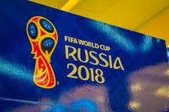 ST PETERSBURG, RUSLAND, 02 MEI 2018: De officiële die Wereldbeker 2018 van embleemfifa in Rusland op een blauwe achtergrond, binn Stock Afbeelding