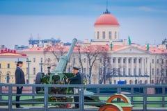 ST PETERSBURG, RUSLAND, 17 MEI 2018: Het niet geïdentificeerde mens dragen eenvormig bij het Naryshkin-Bastion, dagelijks bij 12: Stock Fotografie