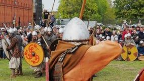 St. Petersburg, Rusland - Mei 27, 2017: Illustratieve slag van de oude Vikingen Historische wederopbouw bij het festival in St stock videobeelden