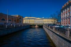ST PETERSBURG, RUSLAND, 01 MEI 2018: Openluchtmening van kanaal bij de rug van de marktplaats tijdens een zonnige dag en Stock Foto's