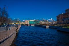 ST PETERSBURG, RUSLAND, 01 MEI 2018: Openluchtmening van kanaal bij de rug van de marktplaats tijdens een zonnige dag en Royalty-vrije Stock Afbeelding