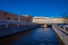 ST PETERSBURG, RUSLAND, 01 MEI 2018: Openluchtmening van kanaal bij de rug van de marktplaats tijdens een zonnige dag en Royalty-vrije Stock Afbeeldingen