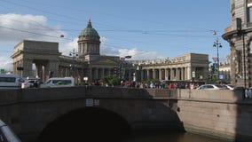 ST. PETERSBURG, RUSLAND: Time lapse van de Kazan gang van kathedraalmensen op de Nevsky-straat stock videobeelden