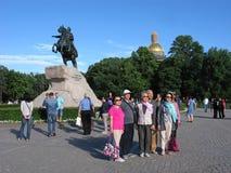 St Petersburg, Rusland Toeristen in Alexander Garden royalty-vrije stock foto's