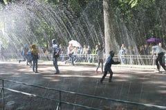St. Petersburg, Rusland-28 van Augustus, 2016 De weg van het fonteinwater Royalty-vrije Stock Foto