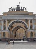 St Petersburg, RUSSIA – 30 aprile 2019: Le sedi principali che costruiscono con gli attori della via fotografia stock libera da diritti