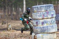 St Petersburg, Russia - 10 aprile 2016: Torneo dello studente di paintball dell'università di Bonch Bruevich nel club di Snaker Immagine Stock Libera da Diritti