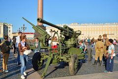 Actors in the form of soldiers and tourists some anti-aircraft g Royalty Free Stock Photography
