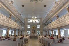 St Petersburg, Russia - CIRCA June2017: File dei banchi di legno della chiesa Interno della chiesa con le preghiere cristiane Fotografie Stock Libere da Diritti