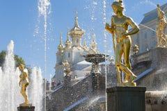 St Petersburg, RUSSIA-28 de agosto de 2016 Fontes da cascata grande em Peterhof Fotografia de Stock Royalty Free