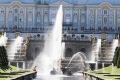 St Petersburg, RUSSIA-28 de agosto de 2016 Fontes da cascata grande em Peterhof Fotos de Stock Royalty Free