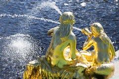 St Petersburg, RUSSIA-28 de agosto de 2016 Fuentes de la cascada grande en Peterhof Fotos de archivo libres de regalías