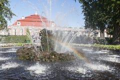 St Petersburg, RUSSIA-28 de agosto de 2016 O palácio de Monplaisir em Peterhof Fotos de Stock