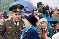 St Petersburg /RUSSIA - 9 de mayo: El viejo veterano de WWII adorna Imagenes de archivo