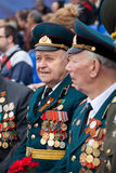 St Petersburg /RUSSIA - 9 de mayo: El viejo veterano de WWII adorna Imagen de archivo libre de regalías