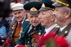 St Petersburg /RUSSIA - 9 de mayo: El viejo veterano de WWII adorna Imágenes de archivo libres de regalías