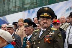 St Petersburg /RUSSIA - 9 de mayo: El viejo veterano de WWII adorna Fotos de archivo