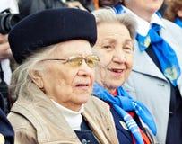 St Petersburg /RUSSIA - 9 de mayo: El viejo veterano de WWII adorna Foto de archivo