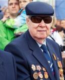 St Petersburg /RUSSIA - 9 de mayo: El viejo veterano de WWII adorna Fotos de archivo libres de regalías