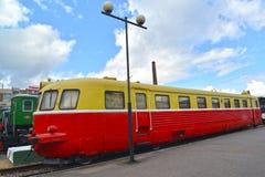 ST petersburg russia De rumänska kostnaderna för railcaråtta-hjul AB 758 på plattformen Fotografering för Bildbyråer