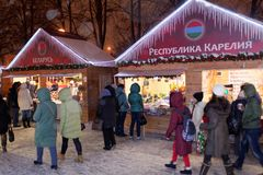 People on Christmas market in St. Petersburg, Russia Royalty Free Stock Photos