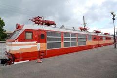 ST petersburg russia Den elektriska lokomotivet för Czechoslovak passagerare av kostnader ChS200-002 på plattformen Royaltyfri Bild