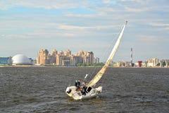 ST petersburg Russia Żeglowanie chodzący jacht śpieszy się przez Srednyaya Nevka wzdłuż Primorsky alei Fotografia Royalty Free