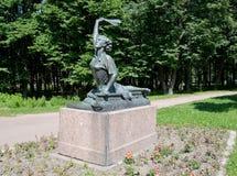 ST petersburg russia En monumentRaimondas Dyens bedrift i Moskvasegern parkerar i sommaren Arkivbilder