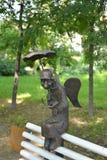 ST petersburg russia En skulptur den St Petersburg ängeln på en bänk i den Izmaylovsky trädgården Fotografering för Bildbyråer