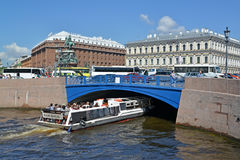 ST. PETERSBURG, RUSSIA.The excursion ship floatts under Blue Bridge through the Moika River Stock Photo