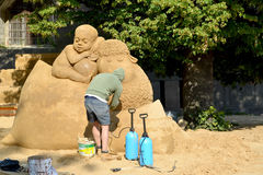 ST petersburg russia Författaren skapar dröm- sandiga barn för skulptur A Arkivfoton