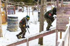 St Petersburg, Russia - 21 febbraio 2016: Grande gioco annuale 'giorno m.' dello scenario di paintball nel club di Snaker Fotografia Stock