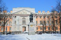St Petersburg, Russia, 27 febbraio, 2018 Il monumento all'imperatore Peter le grande e il Mikhailovsky fortifica nell'inverno i U Immagine Stock