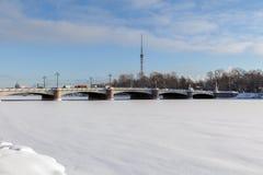 ST PETERSBURG, RUSSIA - 24 gennaio 2019: Vista del ponte di Kamennoostrovsky e della torre della TV da Malaya Nevka River in st immagine stock