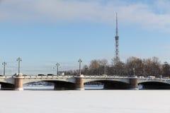 ST PETERSBURG, RUSSIA - 24 gennaio 2019: Vista del ponte di Kamennoostrovsky e della torre della TV da Malaya Nevka River in st fotografia stock libera da diritti