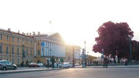 St Petersburg, Russia - 18 giugno 2018: - pedoni che si abbassano la via al tramonto di estate video d archivio