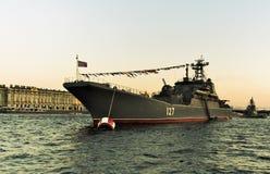 St Petersburg, Russia, il 29 luglio 2018 Nave militare russa sulla parata in onore del giorno della marina fotografia stock