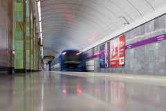 ST PETERSBURG, RUSSIA-JULY 04: Pociąg przy stacją metru, Obraz Royalty Free