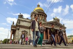 ST PETERSBURG RUSSIA-JUNE 14 Övergångsställe nära Cathed för St Isaacs Royaltyfri Bild