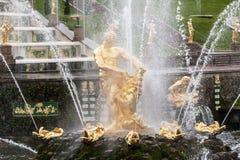 St Petersburg, RUSSIA-JUNE 03, 2017 Fontanny Duża kaskada w Peterhof Obrazy Royalty Free