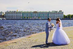 ST PETERSBURG RUSSIA-JUNE 14 Pil av den Vasilevsky öopposien Arkivbild