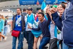 St Petersburg, Russia - 10 luglio 2018: i fan dei paesi differenti sono fotografati prima della coppa del Mondo 2018 della partit fotografia stock