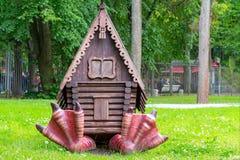 St Petersburg, Russia - 10 luglio 2018: Il campo da gioco per bambini nel parco con il carattere dei racconti pieghi russi - una  fotografia stock libera da diritti