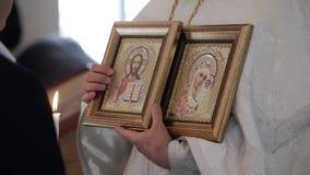 ST PETERSBURG, RUSSIA - 20 LUGLIO 2018: Sacerdote con le icone in chiesa video d archivio