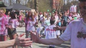 ST PETERSBURG, RUSSIA - 3 MAGGIO 2016 Festival di Holi dei colori stock footage